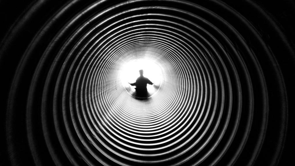La imagen tiene un atributo ALT vacío; su nombre de archivo es grayscale-photography-of-person-at-the-end-of-tunnel-211816.jpg